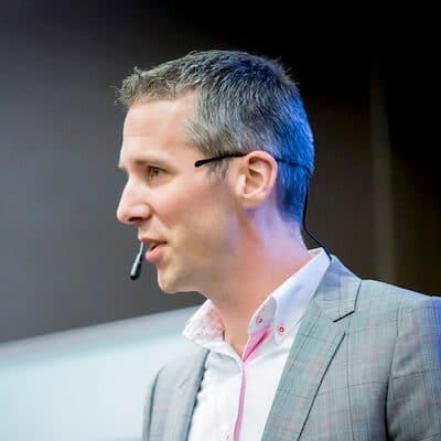 Foto van een spreker die een overtuigende presentatie geeft